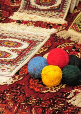 Ar rokām austi paklāji